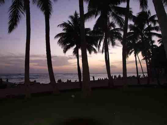 夕暮れ、ワイキキビーチをゆっくり歩いてみる