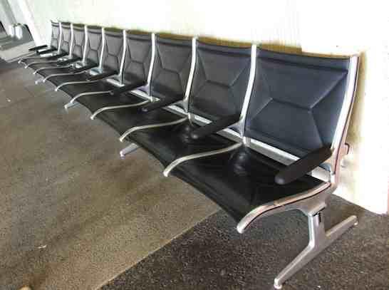ホノルル国際空港のベンチとオブジェ