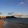 子供用ライフジャケットを着用し、ハワイのビーチで思いっきり遊ぶ
