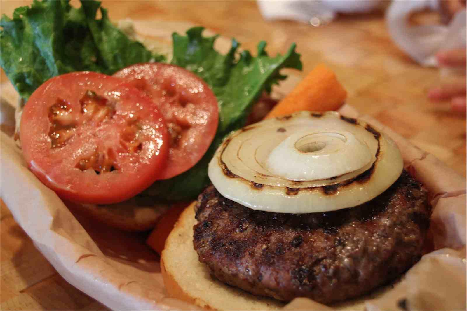 ハレイワのクア・アイナ本店でハンバーガーを食す